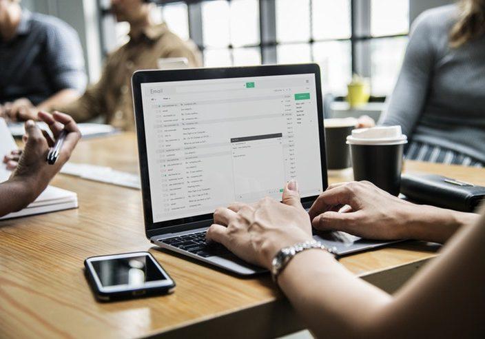 ¿Puede el empresario revisar el correo de los empleados?